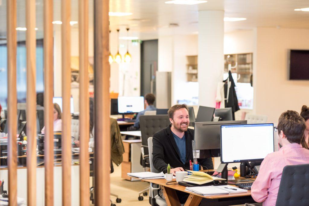fluktuáció, munkakörnyezet, iroda